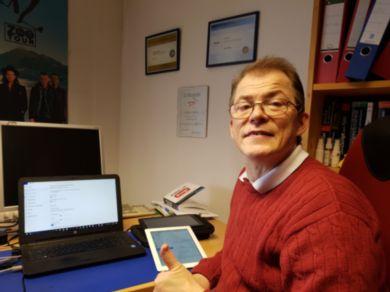 Auf dem Bild ist Markus Lemcke mit Laptop, iPad und Tablet